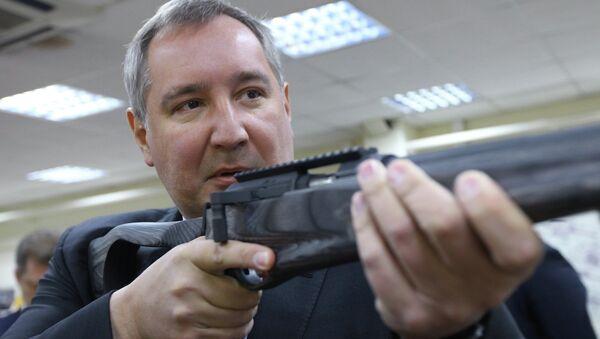 Заместитель председателя правительства РФ Дмитрий Рогозин осматривает образцы стрелкового оружия. Архивное фото