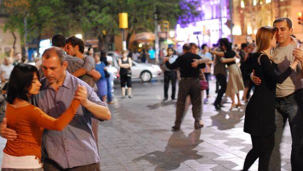 Жители аргентинского города Кордова танцуют танго на центральной площади города
