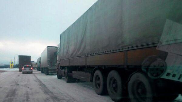 Пробки из-за снегопада на дорогах Новосибирска, архивное фото