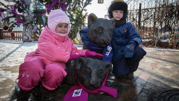 Дети Владивостока повязали шарфы бронзовым тигрятам в честь Нового года. Фото с места события