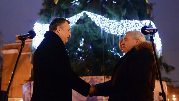 Губернатор Петербурга Полтавченко и губернатор Ленобласти Дрозденко перед новогодней елкой, архивное фото