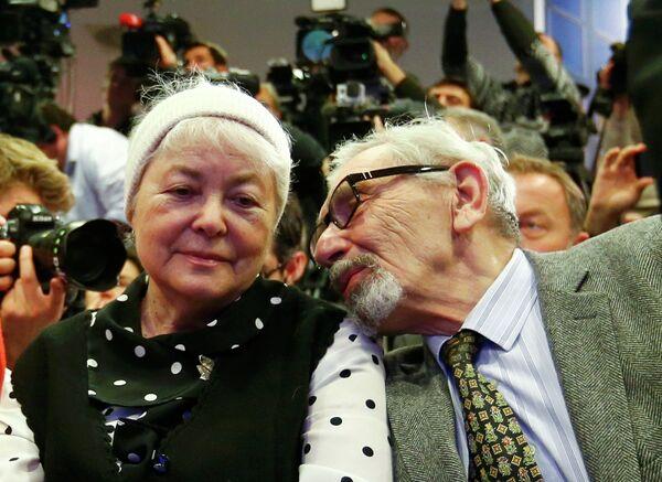 Мать и отец М. Ходорковского Марина и Борис во время пресс-конференции экс-главы нефтяной компании ЮКОС М.Ходорковского в музее Берлинской стены.