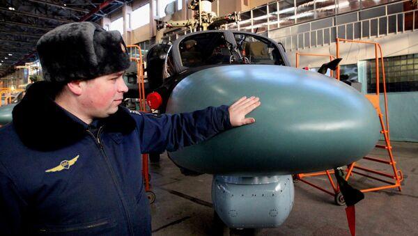 Представитель Военно-воздушных сил России осматривает новый вертолет Ка-52 Аллигатор
