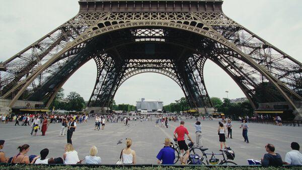 Фрагмент Эйфелевой башни в Париже. Архивное фото