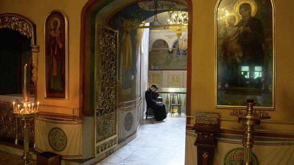 Студенты читают церковную литературу в одном из залов московской православной духовной академии