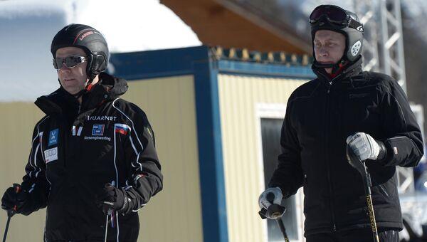 Владимир Путин и Дмитрий Медведев во время катания на лыжах на трассе лыжно-биатлонного комплекса Лаура. Фото с места события
