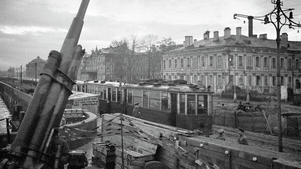 Зенитная установка и трамвай № 12 на улицах города. Ленинград октябрь 1942 года