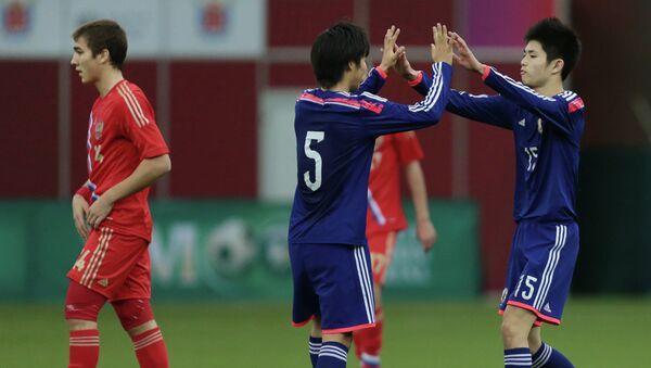 Футболисты юношеской сборной Японии радуются забитому мячу в ворота юношеской сборной Росссии. Фото с места события