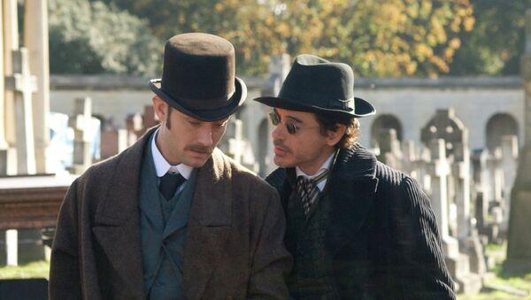 Актеры Джуд Лоу в роли Доктора Ватсона и Роберт Дауни-младший в роли Шерлока Холмса в сцене из фильма режиссера Гая Ричи Шерлок Холмс. Архивное фото
