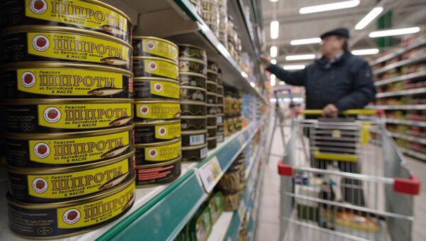 Рыбные консервы шпроты на прилавке одного из московских супермаркетов