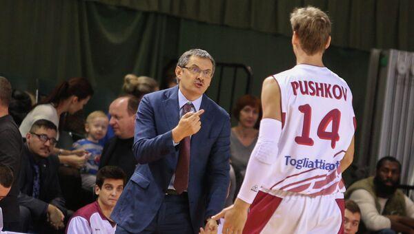 Тренер Красных Крыльев Сергей Базаревич дает указания Антону Пушкову, архивное фото