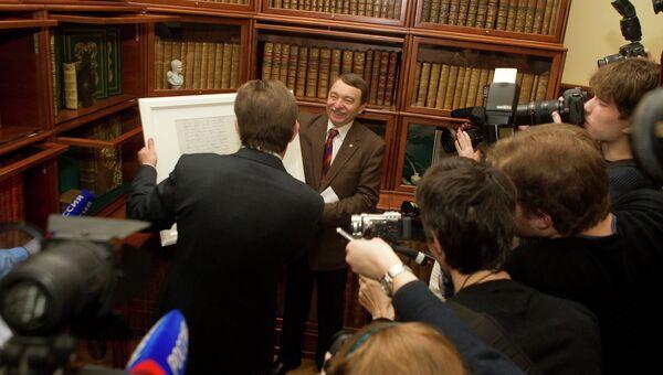 Президент ТГУ Георгий Майер вручает мэру Томска Ивану Кляйну свидетельство о рождении города