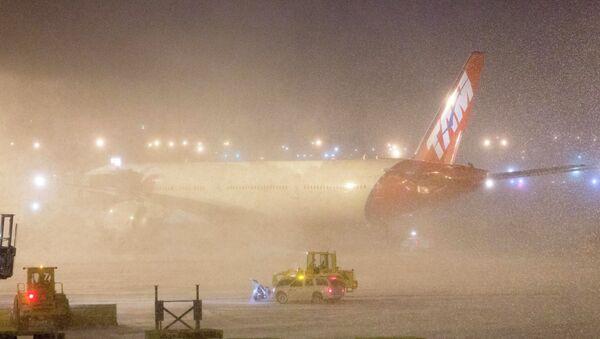 Снегопад в США привел к отмене авиарейсов. Фото с места событий