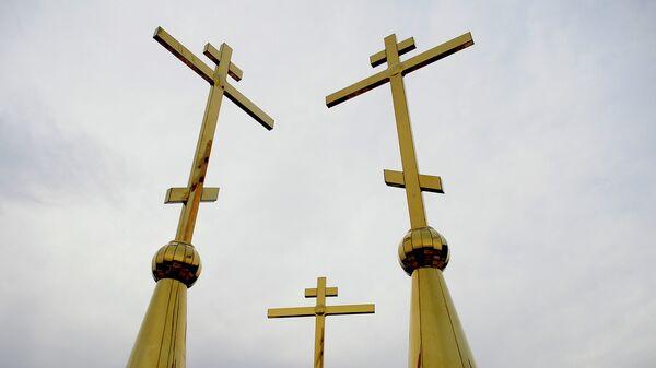 Кресты на куполах строящегося храма