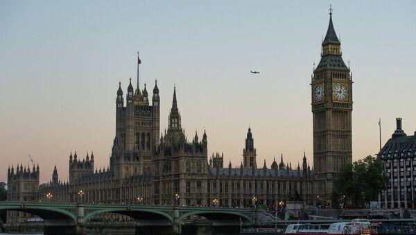 Вестминстерское Аббатство и Биг Бен (слева направо) со стороны реки Темза в Лондоне. Архивное фото