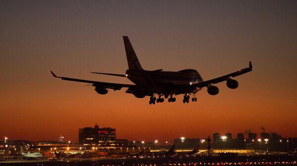 Самолет заходит на посадку в международном аэропорту Шереметьево