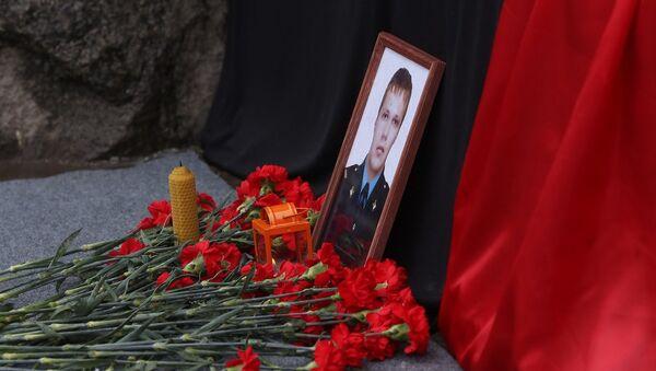 Фотография сотрудника полиции Дмитрия Маковкина и цветы в память о погибших в результате взрыва на железнодорожном вокзале в Волгограде. Архивное фото