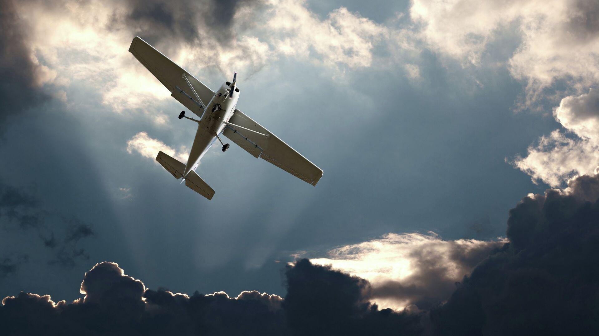 Легкомоторный самолет в небе - РИА Новости, 1920, 24.06.2021