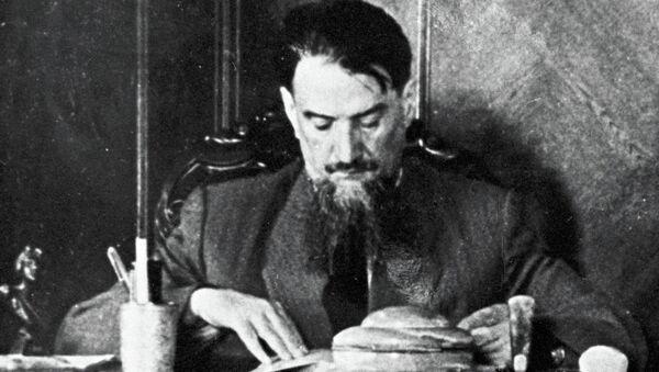 Игорь Васильевич Курчатов в рабочем кабинета. Архивное фото
