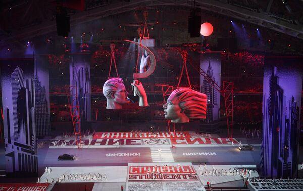 Сцены восстановления страны после войны, рабочие, лозунги и призывы эпохи Большой стройки сопровождались песней Муслима Магомаева Москва.