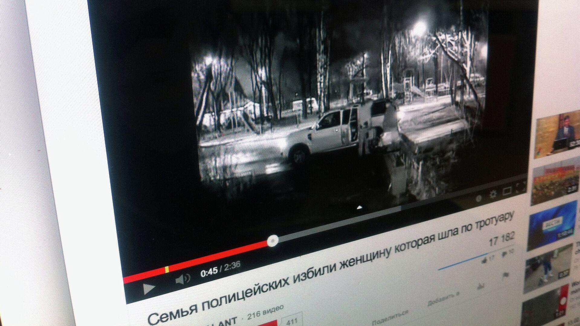 Видезапись, где толкают на тротуаре девушку с маленьким ребенком в коляске - РИА Новости, 1920, 13.11.2020