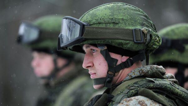Военнослужащий демонстрируют боевую экипировку Ратник. Архивное фото