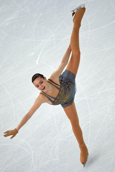 Аделина Сотникова (Россия) выступает в произвольной программе женского одиночного катания на соревнованиях по фигурному катанию