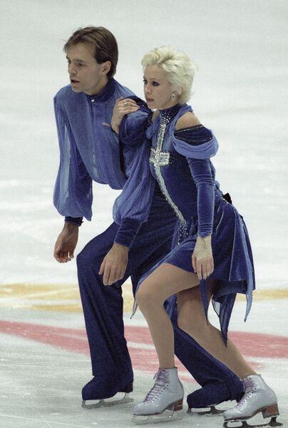 Оксана Грищук и Евгений Платов выступают на соревнованиях по фигурному катанию в Нагано.
