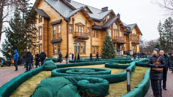 Люди гуляют по территории оставленной резиденции президента Украины Виктора Януковича Межигорье