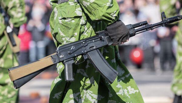Оружие в руках военнослужащего. Архивное фото