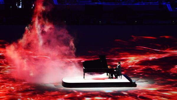 Пианист Денис Мацуев выступает на церемонии закрытия XXII зимних Олимпийских игр