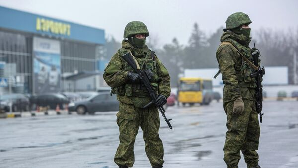 Вооруженные люди у здания аэропорта Симферополя. 28 февраля 2014 года