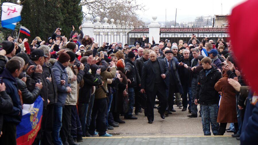 Лидер ЛДПР Владимир Жириновский (по центру) среди митингующих жителей Севастополя