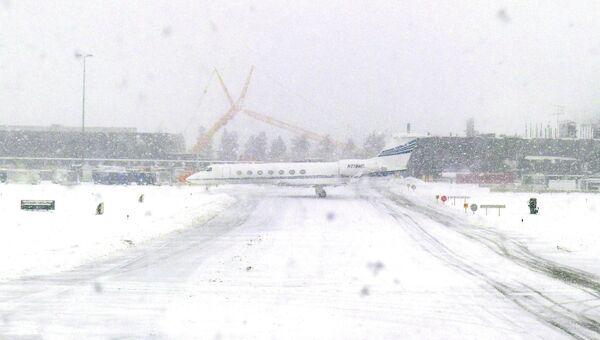 Взлетная полоса во время метели в аэропорту Вашингтона