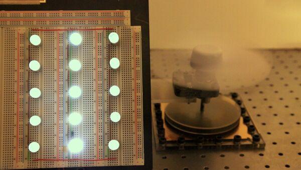 Набор из светодиодов и питающий его электрогенератор, преобразующий механические колебания в электрический ток