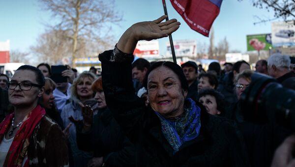 Жители Севастополя на митинге
