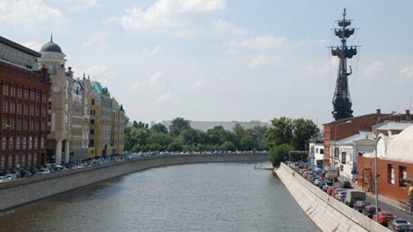 Вид с Патриаршего моста на Водоотводный канал в Москве