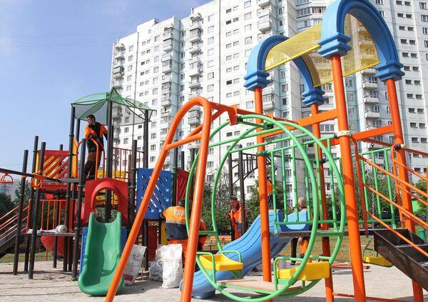 Монтаж детской площадки на улице Лебедянская в Москве, двор