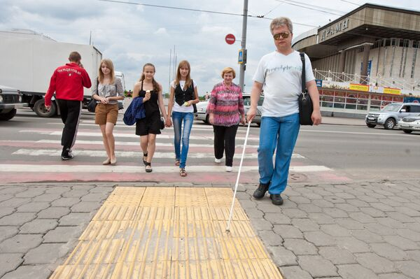 Рельефная плитка для незрячих установлена у пешеходного перехода в Томске