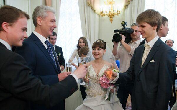 Мэр города Сергей Собянин вручил молодоженам свидетельство о заключении брака
