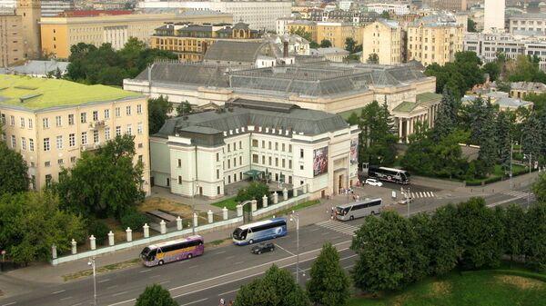 Слева – главный дом усадьбы Голицыных
