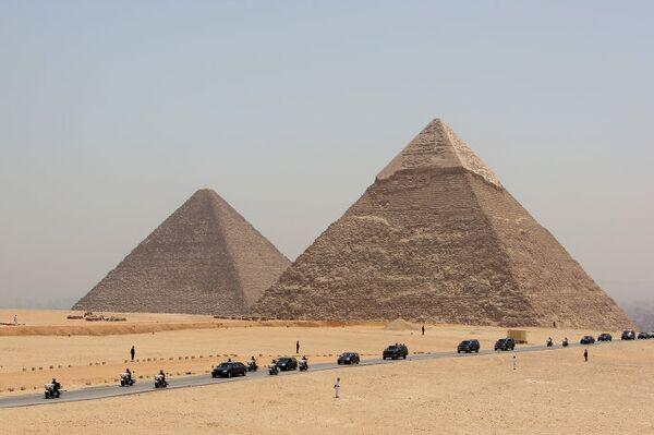 Президент России Дмитрий Медведев осмотрел пирамиды Гизы