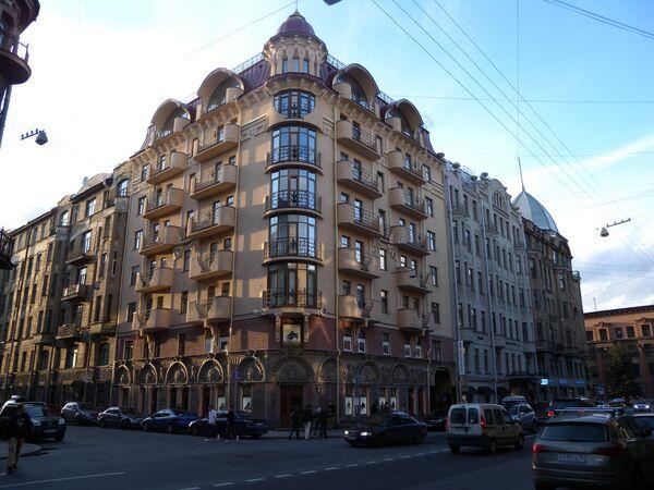 Дом в Манежном переулке в Петербурге