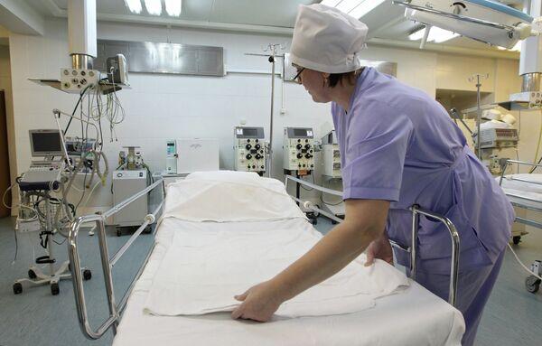 Медсестра в реанимационном отделении городской клинической больницы. Архив