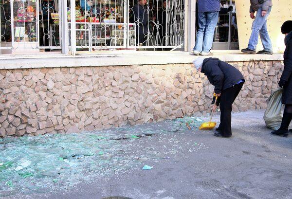 Жители Челябинска убирают стекла, выбитые взрывной волной во время падения космического объекта.