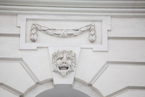 Улица Воздвиженка, дом 3/5, стр. 1. Дом Пашкова, львиные маски
