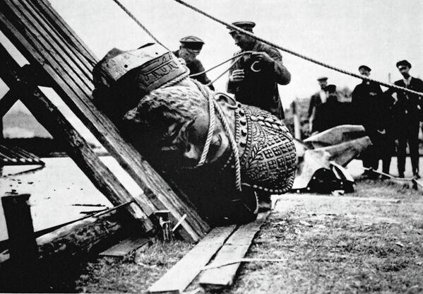 Низвержение памятника Александру III в Москве