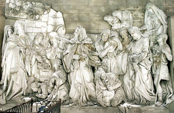 Горельеф, уцелевший после взрыва храма Христа Спасителя