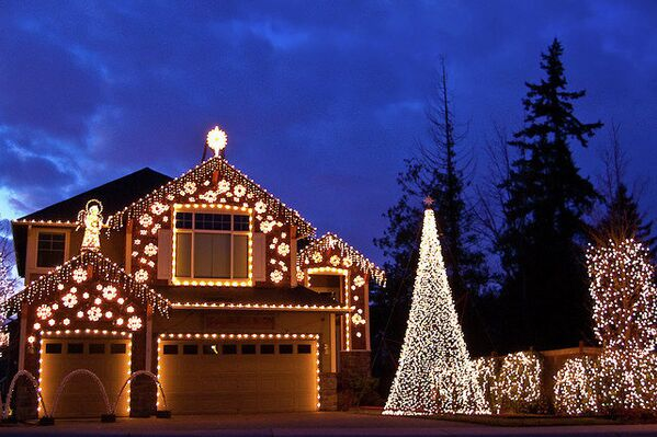 Да будет свет: как подобрать новогоднее освещение для фасада дома и участка