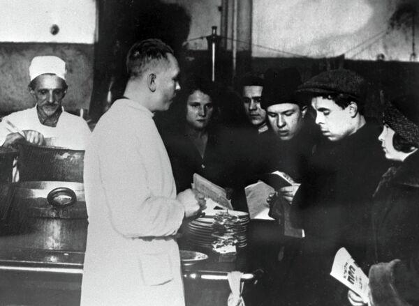 Бригада комсомольцев на московской фабрике-кухне